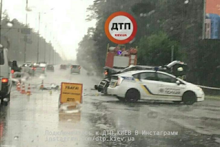 ВКиеве из-за непогоды столкнулись кроссовер и фургон