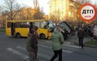 Маршрутка столкнулась с внедорожником в Киеве: есть пострадавшие