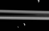 NASA показало фото трьох супутників Сатурна на фоні його кілець