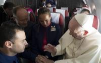 Папа Римский обвенчал бортпроводника и стюардессу прямо в воздухе