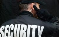 В Черкассах работник охранной фирмы поставил горожанина на колени (видео)