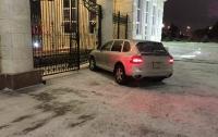 Пьяный полицейский на Porsche протаранил резиденцию президента