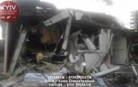 В Киеве снесли ларек-кафе с посетителями