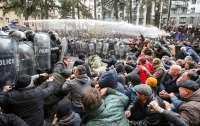 Полиция применила водометы для разгона протестующих в Тбилиси