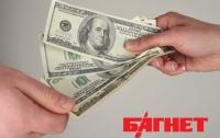 Украинцы продолжают лихорадочно скупать валюту в обменниках