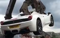 Дорогой Ferrari по ошибке отправили под пресс (видео)