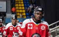 Единственный чернокожий хоккеист в Украине покинул клуб из-за расистского скандала (видео)