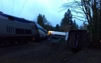Поезд упал с моста на шоссе в США: много пострадавших