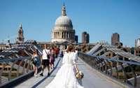 Свадьба в пандемию: дизайнер сделал платье из масок