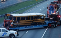 В США 20 человек пострадали при столкновении фуры со школьным автобусом