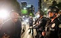 В американских полицейских протестанты активно стреляют