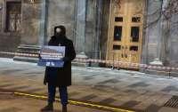 Россияне начали выходить на одиночные пикеты с трусами (фото)