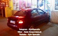 Крупное ДТП в Киеве: таксист на полном ходу влетел в магазин