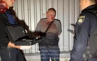 Пьяный мужчина разбил пять авто и бросался с ножом на людей (видео)
