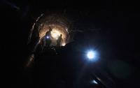 Поиски затопленных горняков в шахте на Луганщине приостановлены