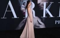 Платье с брюками: Дакота Джонсон удивила необычным образом