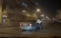 Пьяная девушка бросалась на машины (видео)