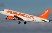 Пассажир попытался открыть дверь авиалайнера во время полета