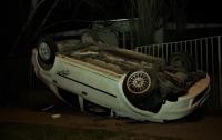 ДТП в Днепре: водитель протаранил забор и приземлился на крышу