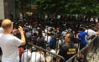 Фанаты Apple выстроились в огромную очередь за iPhone XS