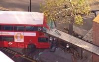 В Лондоне пьяный водитель на автобусе врезался в остановку и травмировал десятки людей (видео)