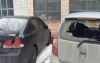 В Киеве волонтер изрубил топором 13 машин припаркованных у суда