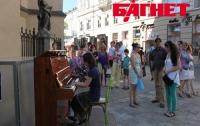Во Львове появилось общественное пианино (ФОТО)