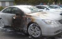 В центре Харькова сожгли элитный автомобиль