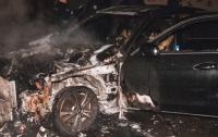 В Киеве дотла сгорел Mercedes бизнес-класса