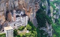 Между небом и землей: храм в скале покорил сердца туристов