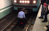 Мужчина упал на рельсы в харьковском метро