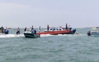 В Индонезии затонул катер с 40 людьми на борту