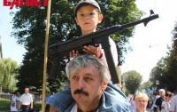 Во Львове на марш защиты украинцев вывели детей с автоматами (ФОТО)