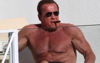 Арнольд Шварценеггер делает селфи, демонстрируя свой торс (ФОТО)