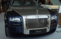 Случайно нажал на педаль: покупатель в автосалоне расколотил новый Rolls-Royce