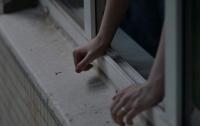 Женщина выпала из окна собственной квартиры