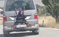 Отец прокатил 13-летнюю дочь, привязав к багажнику (видео)
