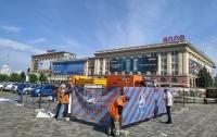 Палатку волонтеров в центре города обнесли забором (фото)