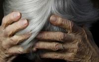 Пенсионерка с топором разгромила магазин в Киеве (видео)