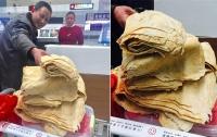 Турист пытался провезти 15 килограммов блинов