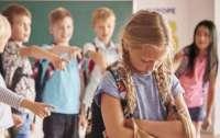 Буллинг в Украине: девочку заставили раздеться на уроке
