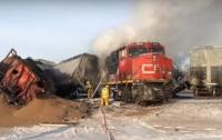 В Канаде перевернулся и загорелся поезд (видео)