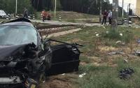 Под Киевом поезд протаранил элитное авто: есть пострадавшие
