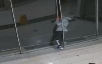 Австралиец застрял в двери магазина во время ограбления (видео)
