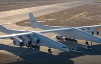 В США испытали самый большой самолет в мире (видео)