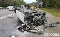 Жуткое ДТП в Киеве: автомобиль врезался в отбойник и несколько раз перевернулся