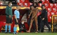 Голый болельщик выбежал на поле во время матча Лиги Европы