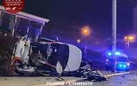 ДТП в Киеве: прокатное авто протаранило столб, есть погибшие