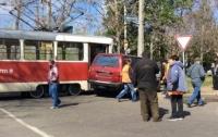 Авария в Одессе: джип врезался в трамвай