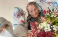 100-летняя пенсионерка выздоровела от коронавируса и выписалась из больницы